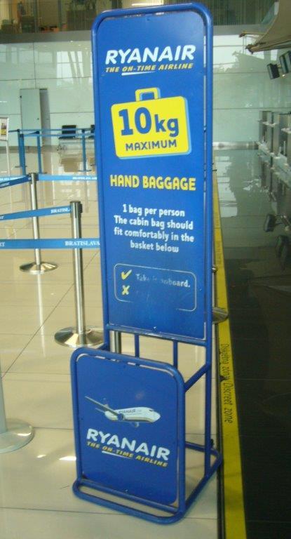 839a47cfbba47 Nízkonákladová letecká spoločnosť Ryanair, ktorou najčastejšie lietame z  Bratislavy má povolený 1 ks príručnej batožiny do hmotnosti 10 kg s  rozmermi 55 x ...