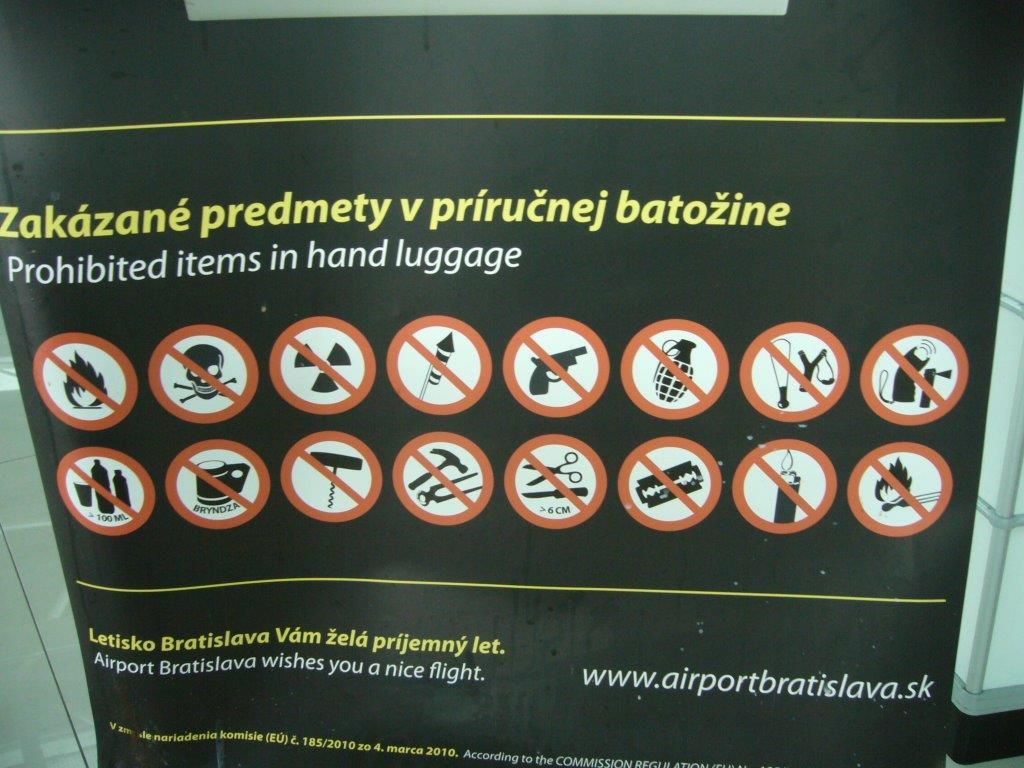 5ce6197e11c9e Pasažierom cestujúcim len s príručnou batožinou často robí starosti, čo si  môžu a nemôžu zabaliť.